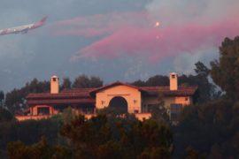 Пожар «Томас» подбирается к одному из самых богатых районов США
