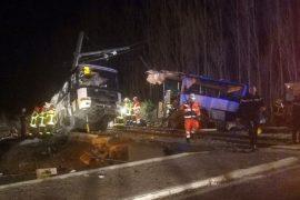 Поезд врезался в школьный автобус во Франции, есть жертвы