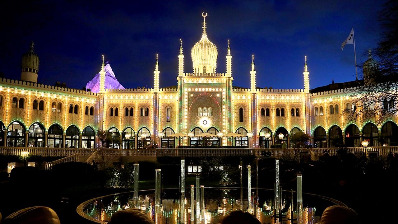 Парк развлечений в Копенгагене украсили миллионом огней