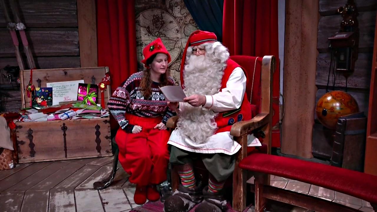 Санта-Клаус в Лапландии дочитывает письма и готовится доставить подарки детям