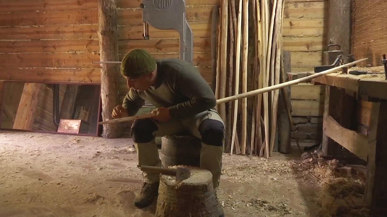 Серб делает луки и стрелы по средневековым технологиям
