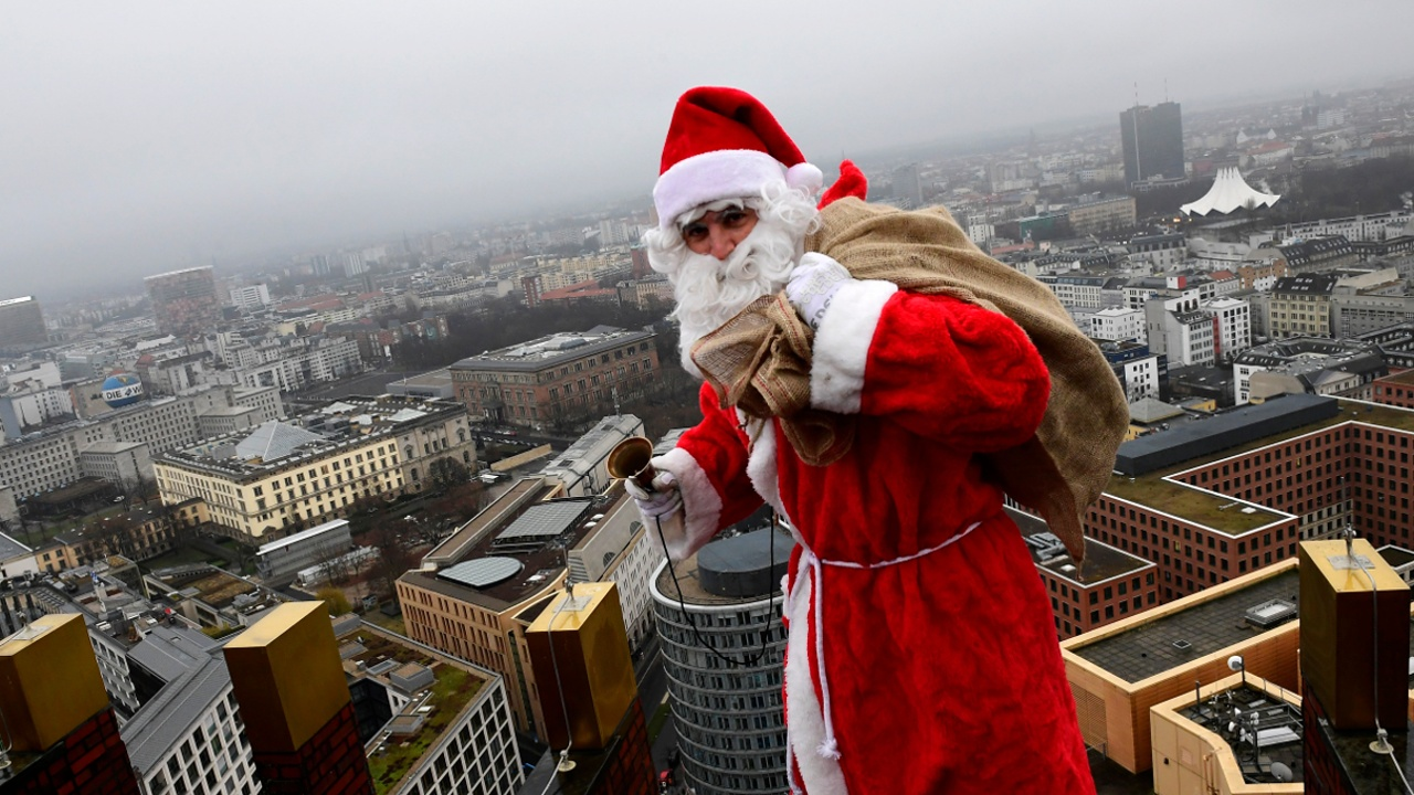 Санта-Клаус спустился к детям по небоскрёбу в Берлине