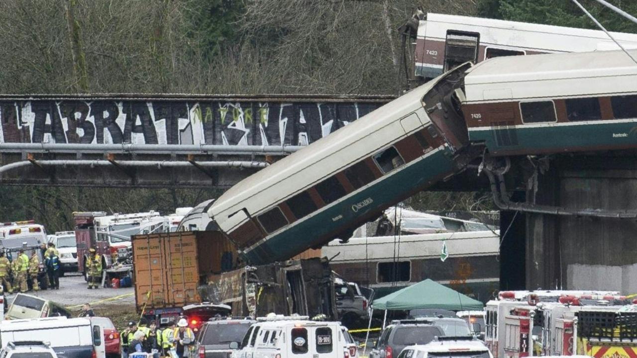 Несколько человек погибли при крушении поезда в Вашингтоне