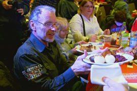 В Германии устроили рождественский обед для бездомных и малоимущих