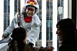 Япония: генеральная уборка в костюмах петуха и собаки