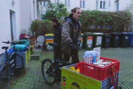 Студенты на велосипедах помогают бездомным Берлина