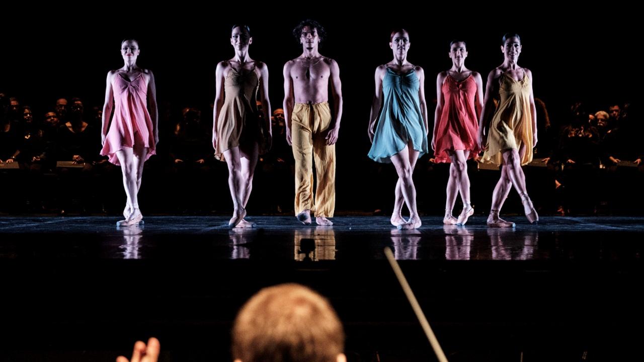 Танцоры и певцы в Рио вынуждены искать подработки