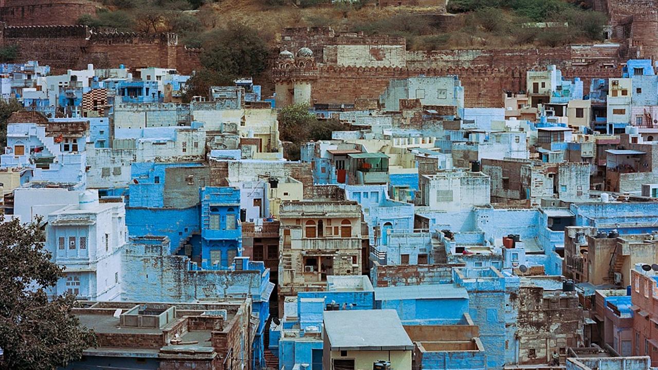 Жителям «Голубого города» надоел голубой цвет
