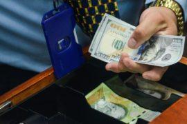 В магазинах Венесуэлы у покупателей всё чаще требуют доллары