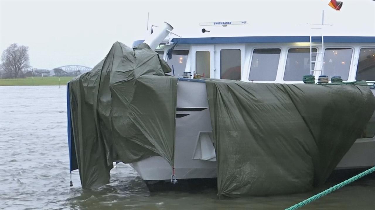 Пассажирское судно протаранило мост в Германии