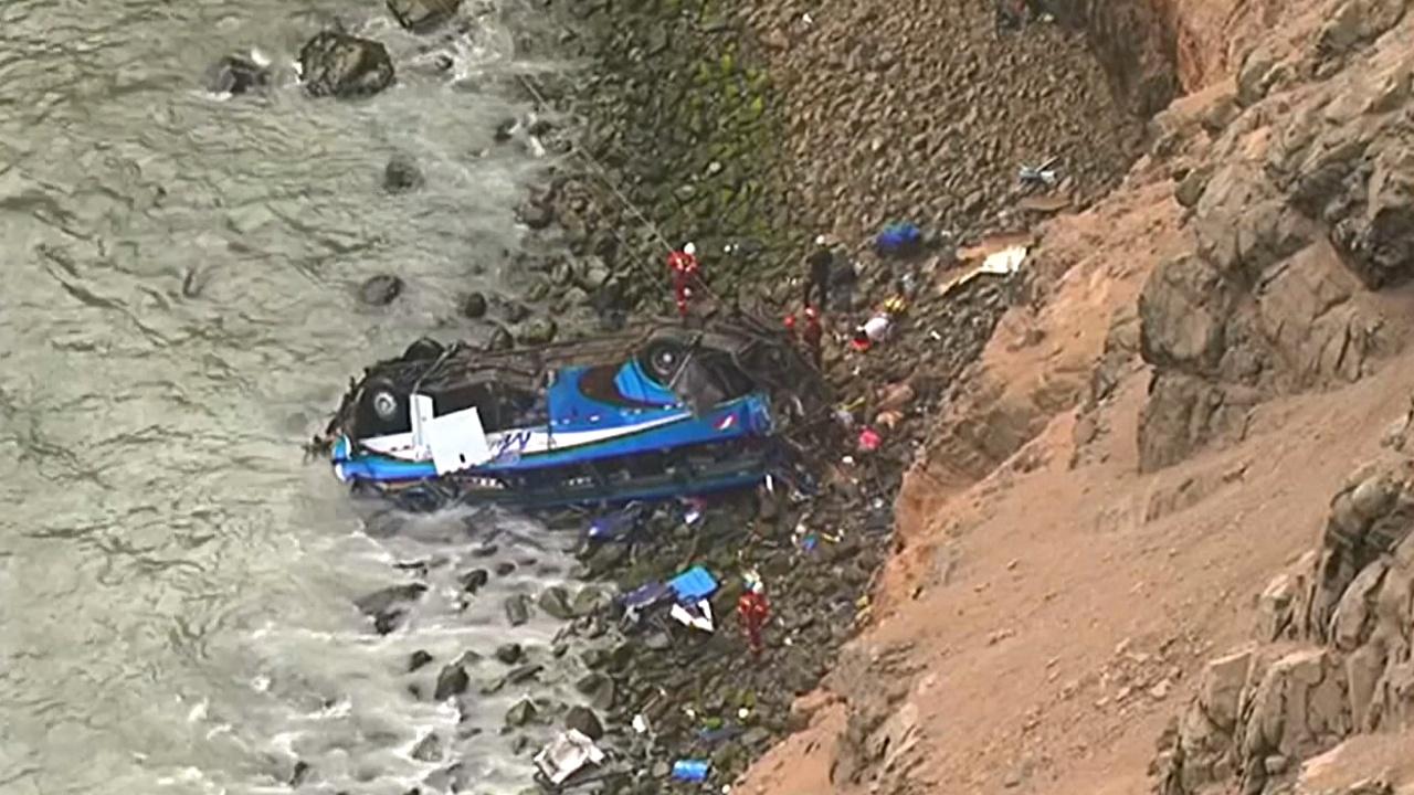 Автобус с пассажирами сорвался в пропасть в Перу
