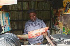 Кениец продаёт виниловые пластинки на мясном рынке