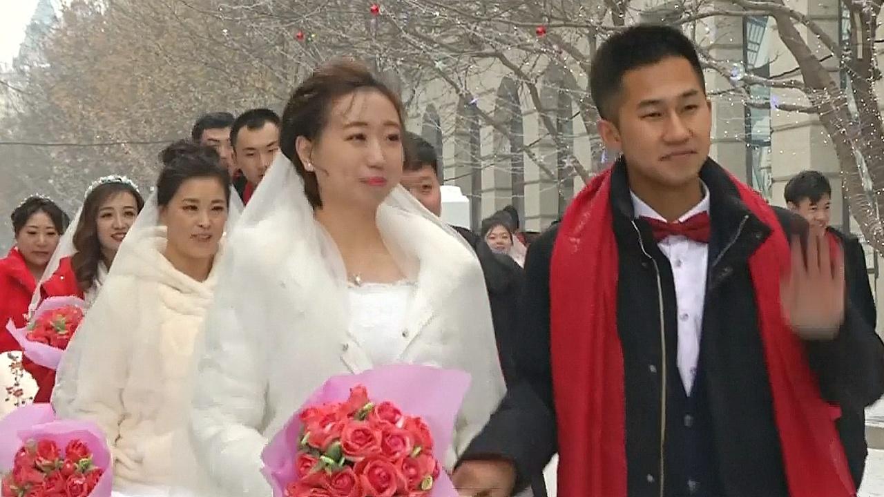 Сразу 34 пары поженились на жгучем морозе в Харбине