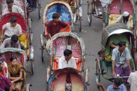 Тысячи велорикш в Бангладеш продолжают крутить педали, несмотря на ограничения