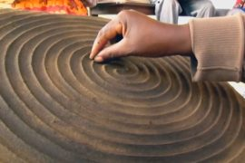 Картины из навоза помогают руандийским мастерицам зарабатывать