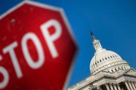 Правительство США в понедельник останется закрытым третий день