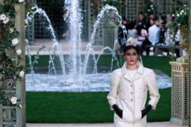 Дом Chanel пригласил на показ мод в розовый сад