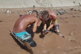 Венесуэльцы ищут драгоценности в зловонной реке, чтобы выжить