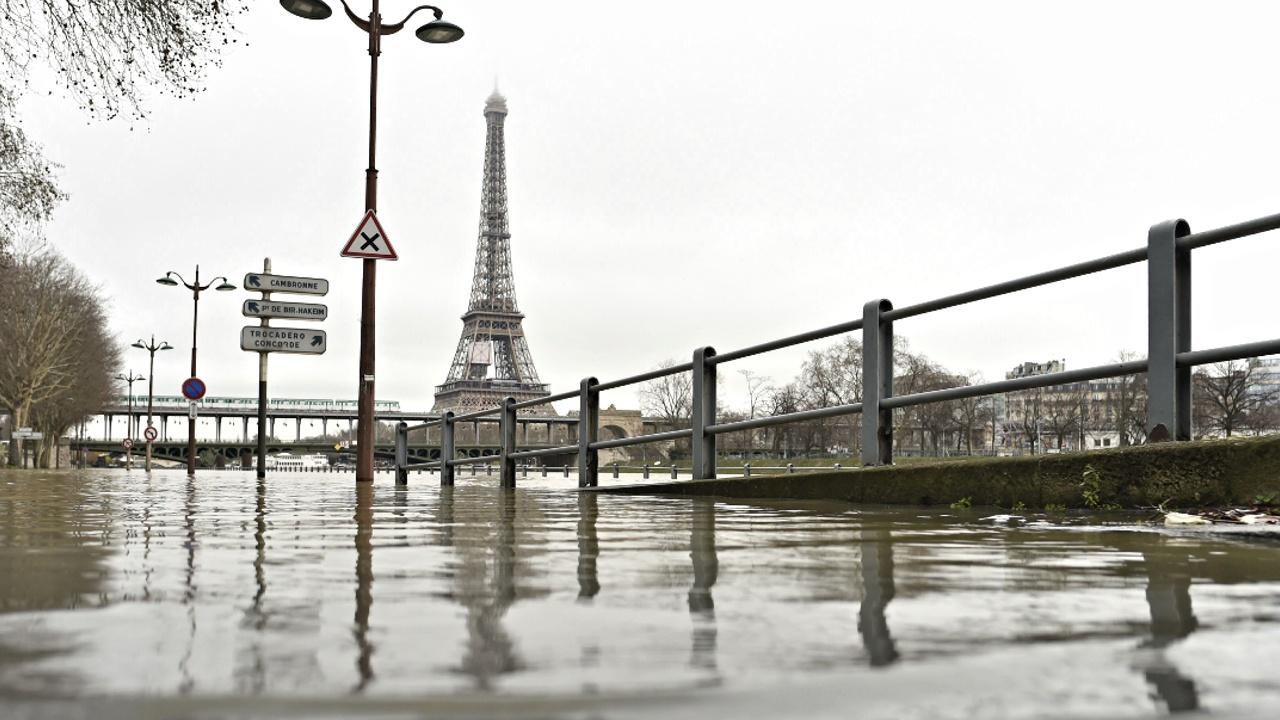 Парижу угрожает наводнение