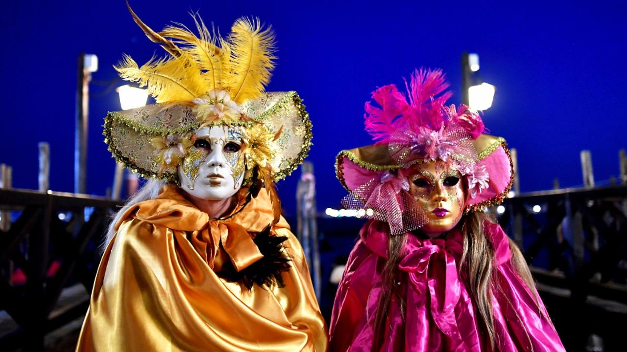 Венецианский карнавал: парад гондол и туристы в масках