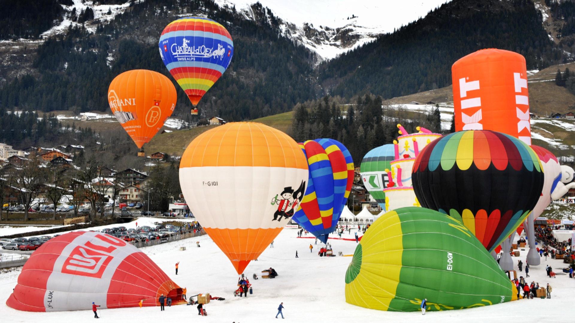 В небо над Альпами взмыли десятки воздушных шаров
