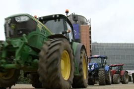 Фермеры приехали на тракторах к зданиям правительства ЕС