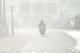 Разрушенные мосты и 80 000 эвакуированных: на Филиппинах извергается Майон