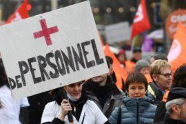 «Пожилых нужно уважать!»: во Франции бастуют работники домов престарелых