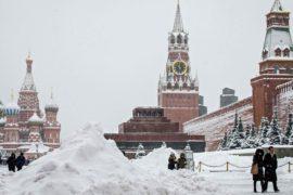 Рекордные снегопады в Москве: один погибший