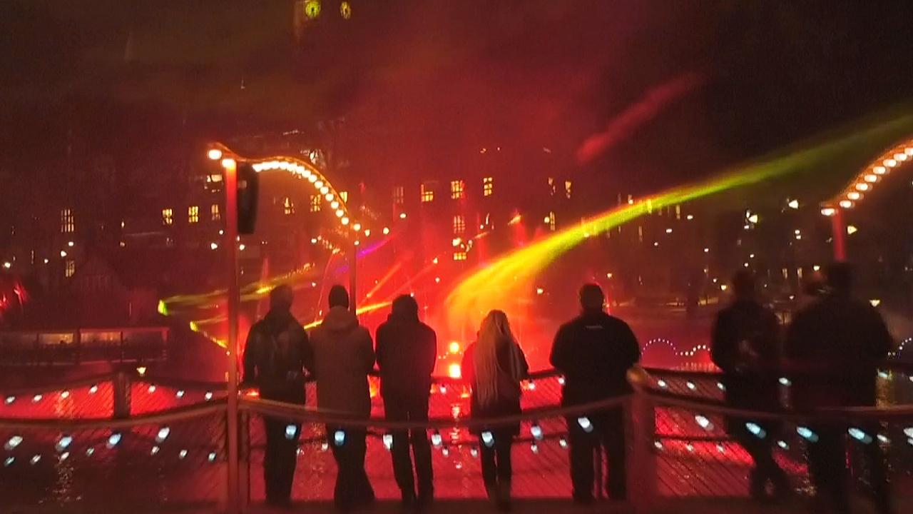 Мириады разноцветных огней осветили парк Тиволи в Копенгагене