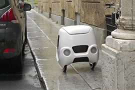 Робот-курьер колесит по улицам итальянского города