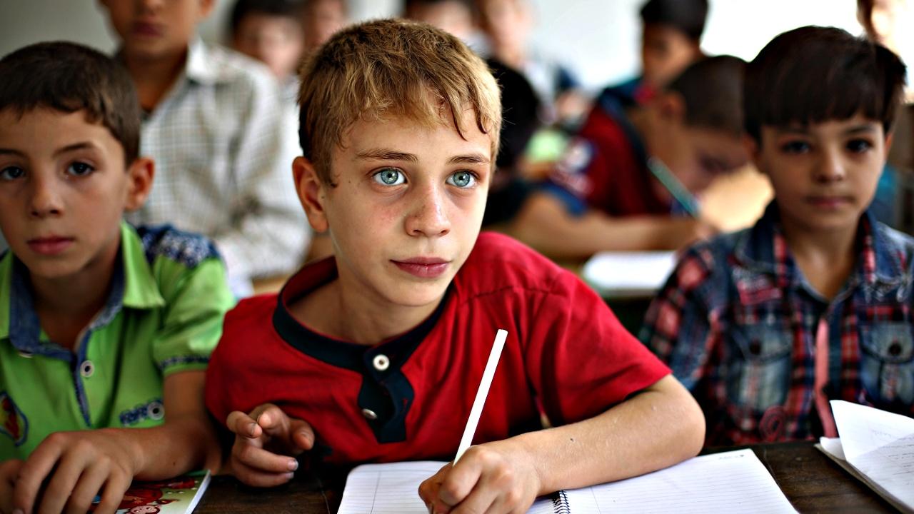 Потерянные годы: сирийские дети только сейчас сели за парты
