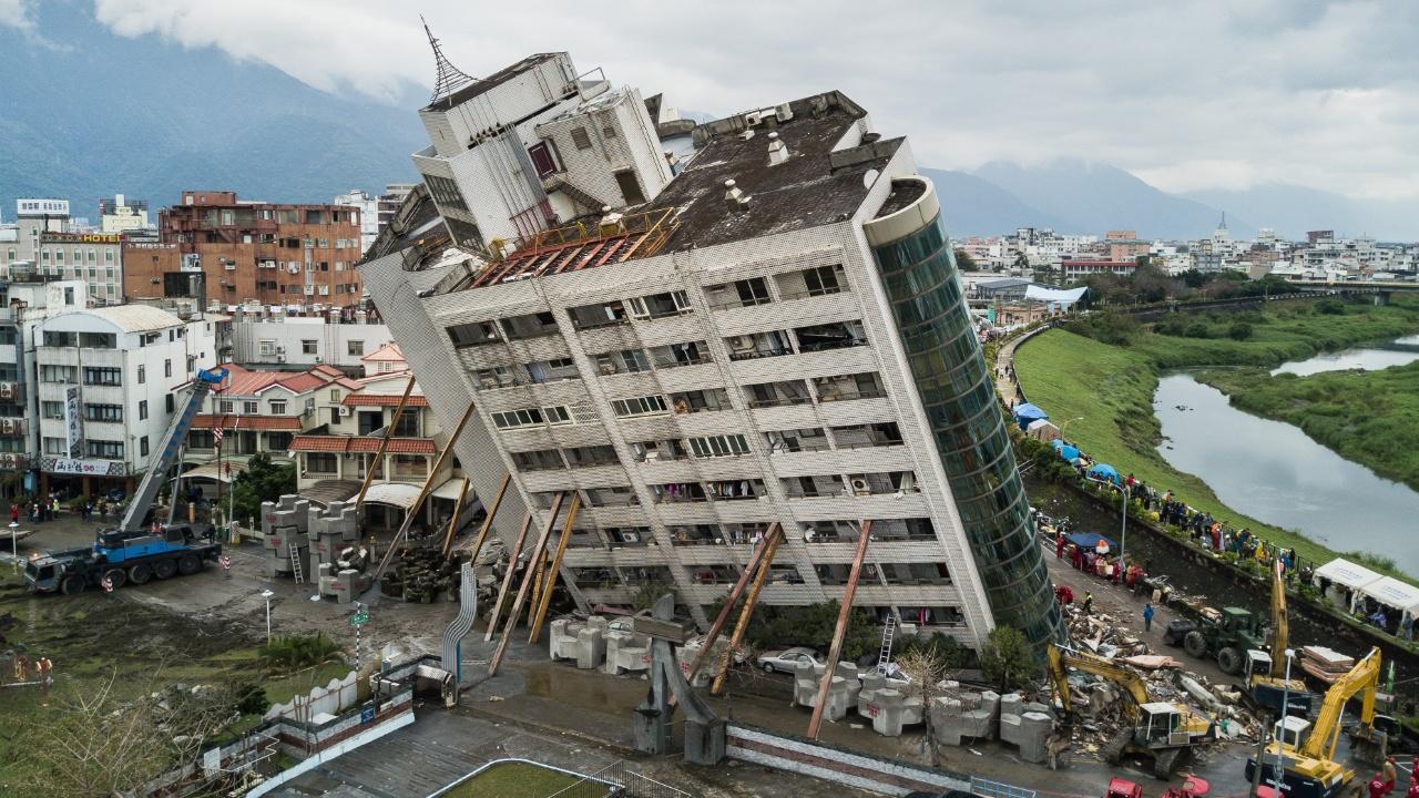 В накренившемся жилом доме в Хуаляне, возможно, ещё есть живые люди