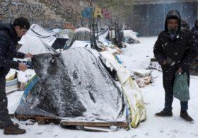 Мигранты во Франции живут в палатках в снег и мороз