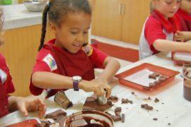 Индонезийцев учат делать и любить шоколад
