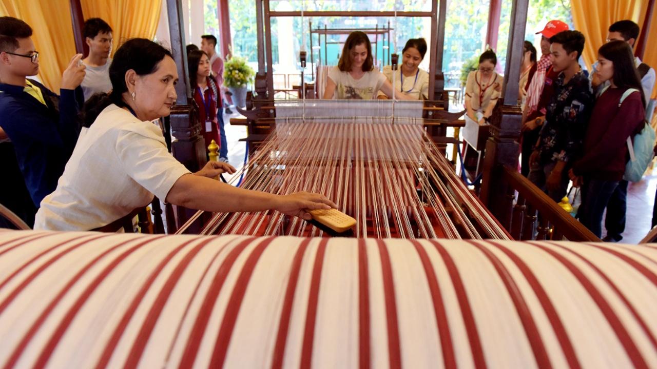 Камбоджийцы приглашают всех ткать самый длинный в мире шарф