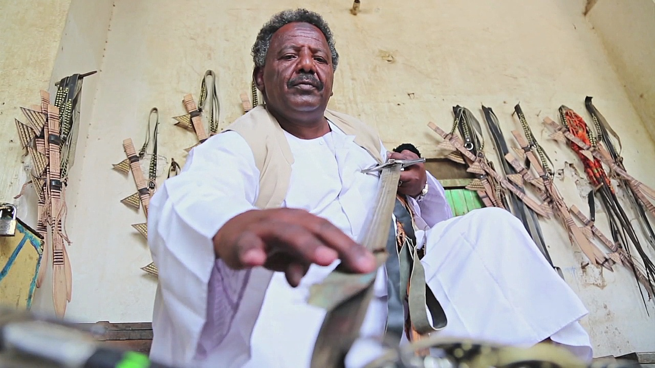 Суданцы делают мечи по древним технологиям