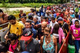 Мигрировать или умереть: венесуэльцы наводняют Колумбию