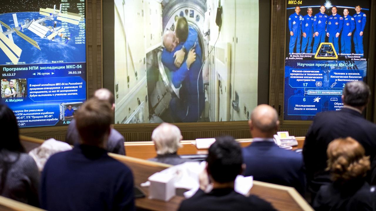 Объятия и звон колокола: экипаж МКС-54 прощается с коллегами