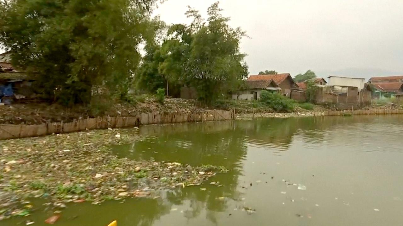 Власти Индонезии обещают очистить одну из самых грязных рек мира