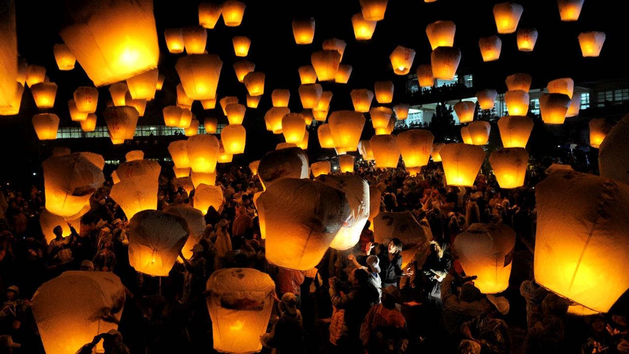 Праздник фонарей: 500 дронов поучаствовали в световом шоу в Китае
