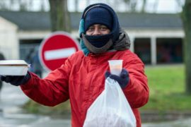 Власти Франции организовали раздачу еды мигрантам в Кале
