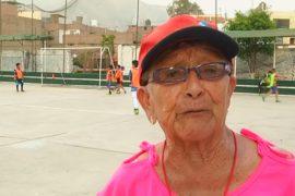 92-летняя перуанка работает футбольным тренером