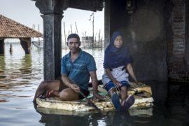 Побережье Индонезии стремительно уходит под воду