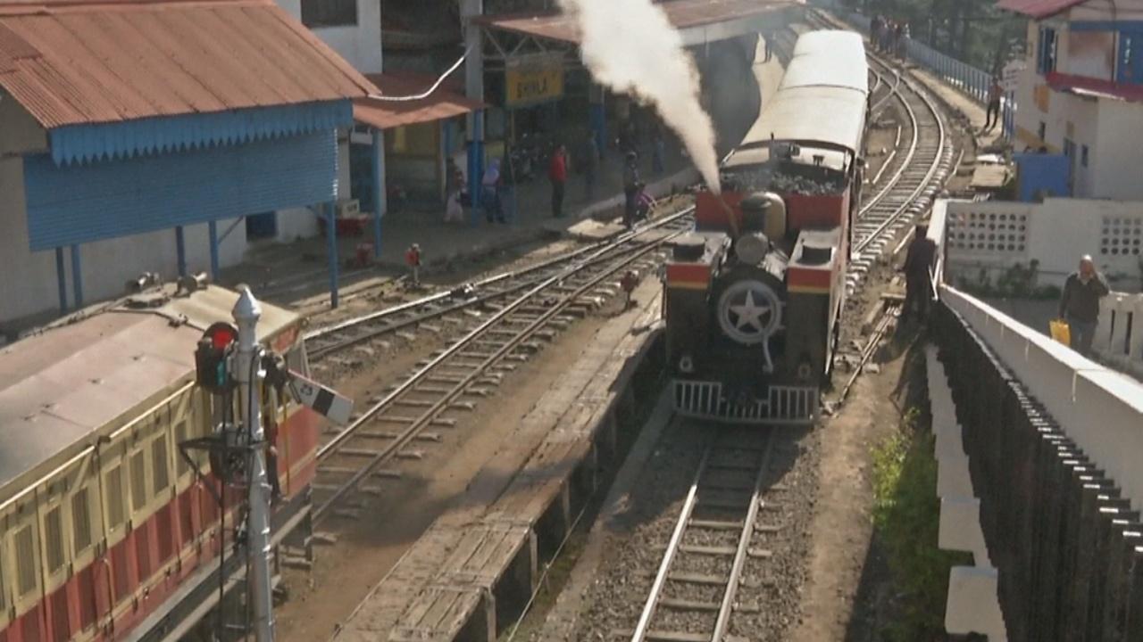 Туристов в Гималаях возит 113-летний паровоз