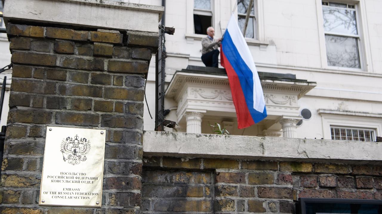Великобритания высылает 23 российских дипломата, Россия обещает ответные меры