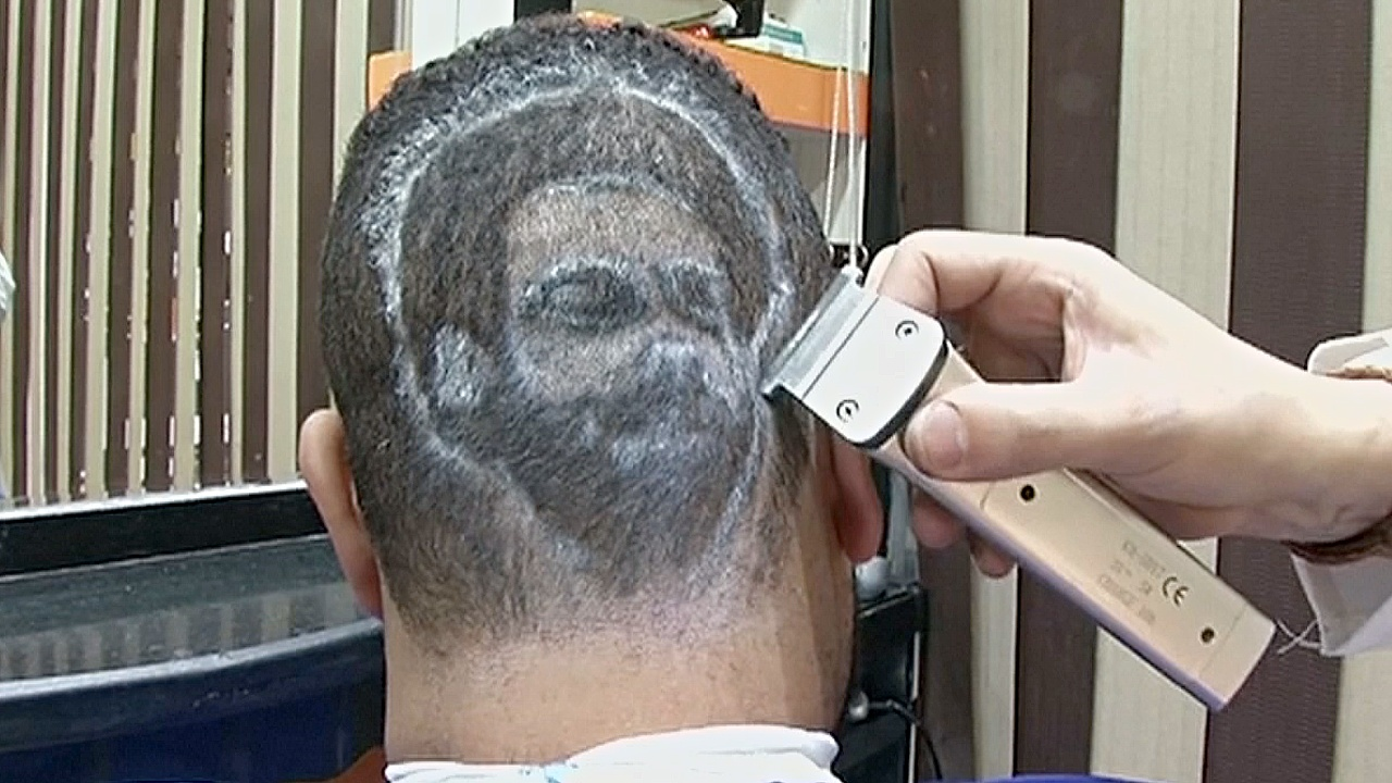 Парикмахер выстригает портрет футболиста Мохаммеда Салаха