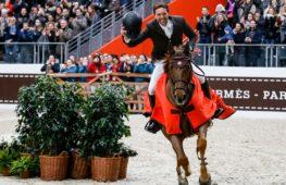 В Большом дворце Парижа лошади и наездники прыгали через препятствия