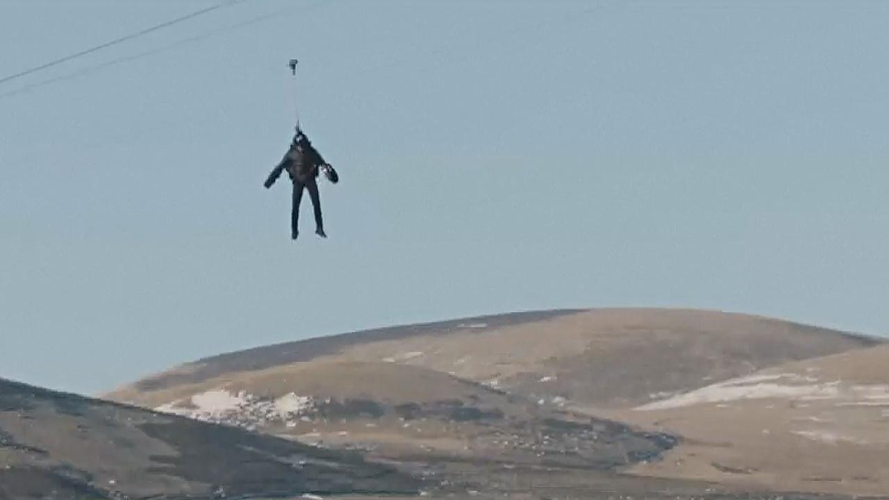 «Человек-ракета» прокатился в реактивном костюме на самом быстром зиплайне
