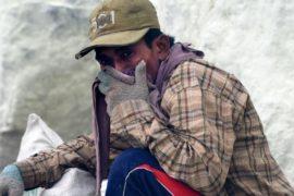 На Яве 30 человек отравились вулканическим серным газом